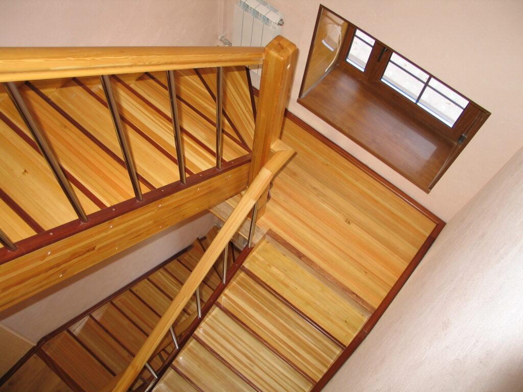 Какие достоинства имеют деревянные лестницы?